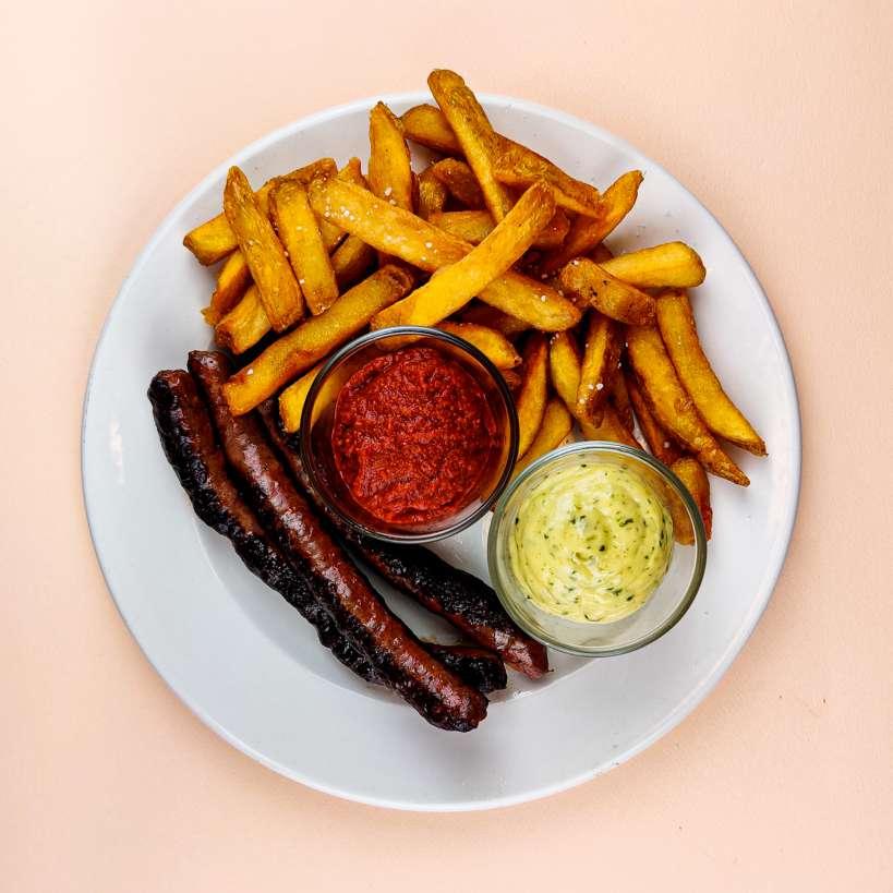 Oksepølser med pommes frites og harrissa