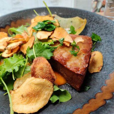 Dagens frokost med gris, chips og salat