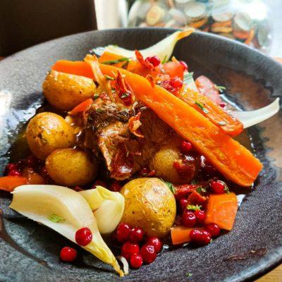 Frokostret med grisekød, sovs, kartofler og gulerødder