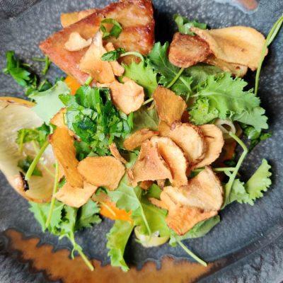Frokostret med unghane, chips og salat