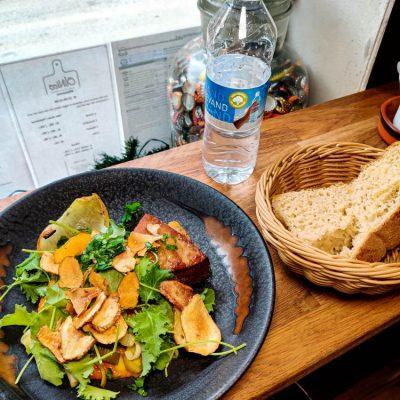 Frokostret med vand og brød
